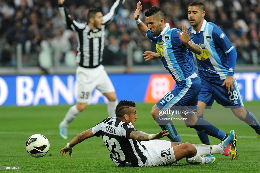 <a gi-track='captionPersonalityLinkClicked' href=/galleries/search?phrase=Arturo+Vidal&family=editorial&specificpeople=2223374 ng-click='$event.stopPropagation()'>Arturo Vidal</a> (L) of Juventus is tackled by Giuseppe Rizzo of Pescara during the Serie A match between Juventus and Pescara at Juventus Arena on April 6, 2013 in Turin, Italy.