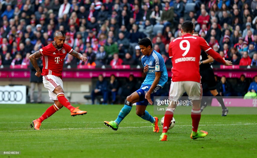 Arturo Vidal (L) of Muenchen scores the opening goal during the Bundesliga match between Bayern Muenchen and Hamburger SV at Allianz Arena on February 25, 2017 in Munich, Germany.