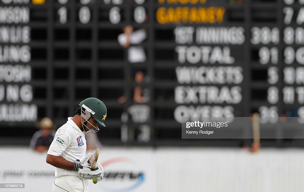 <a gi-track='captionPersonalityLinkClicked' href=/galleries/search?phrase=Asad+Shafiq&family=editorial&specificpeople=7061328 ng-click='$event.stopPropagation()'>Asad Shafiq</a> of Pakistan walks back to the pavilion after he was dismissed by New Zealand Invitation XI bowler Daniel Vettori during day two of a tour match between the New Zealand Invitation XI and Pakistan at Cobham Oval on January 3, 2011 in Whangarei, New Zealand.