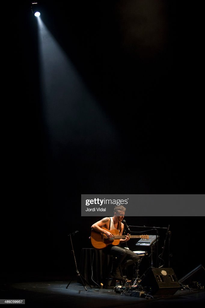 <a gi-track='captionPersonalityLinkClicked' href=/galleries/search?phrase=Asaf+Avidan&family=editorial&specificpeople=6824137 ng-click='$event.stopPropagation()'>Asaf Avidan</a> performs on stage at Teatre Coliseum on May 10, 2014 in Barcelona, Spain.