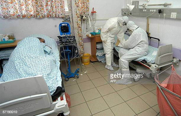 Doctors examine a patient with flulike symptoms in an Israeli hospital in the southern city of Ashkelon 17 March 2006 Israel confirmed the deadly...