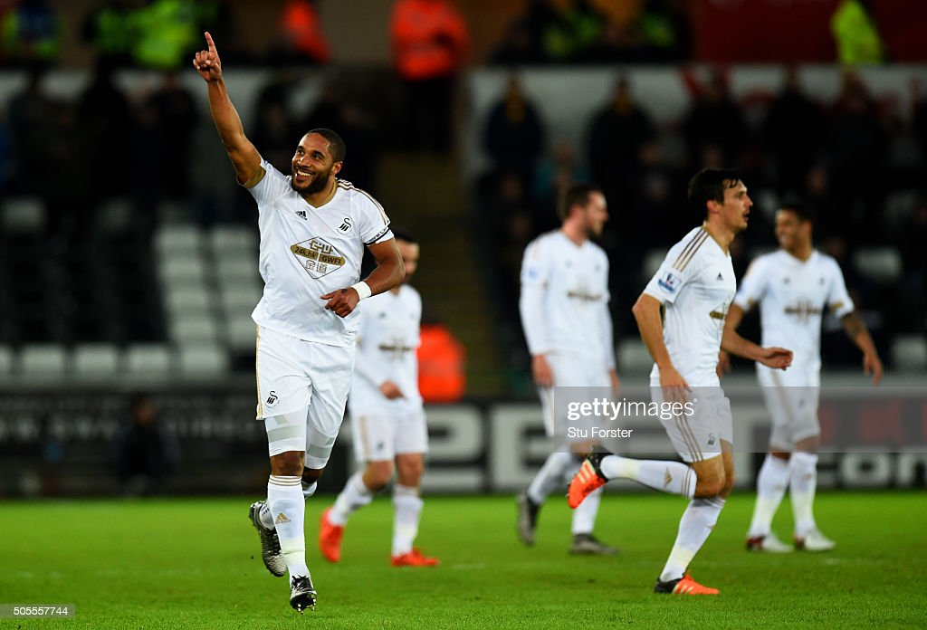 <a gi-track='captionPersonalityLinkClicked' href=/galleries/search?phrase=Ashley+Williams+-+Calciatore&family=editorial&specificpeople=13495389 ng-click='$event.stopPropagation()'>Ashley Williams</a> of Swansea City celebrates after scoring the opening goal during the Barclays Premier League match between Swansea City and Watford at Liberty Stadium on January 18, 2016 in Swansea, Wales.