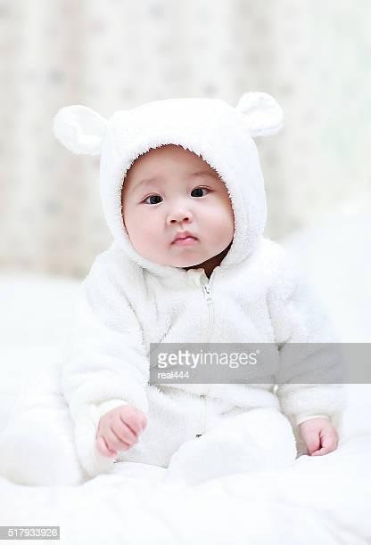 Asiatische Baby spielt auf dem Bett