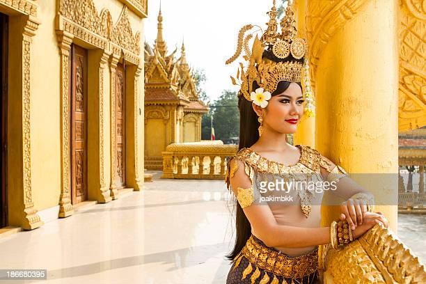 Apsara bailarina mujer asiática con vista al templo