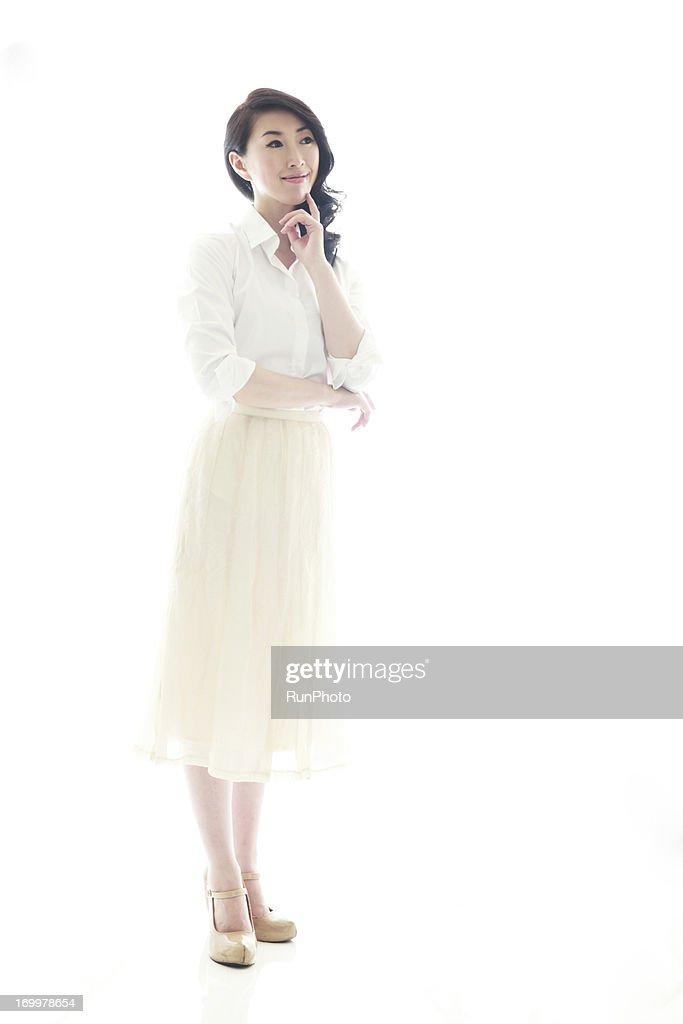 白シャツ × ロングスカート