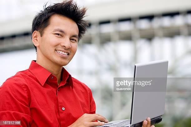 Asian Business Mann Portrait mit Laptop im Freien, Textfreiraum