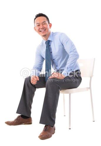 Asiatique homme daffaires assis sur une chaise photo for Assis sur une chaise