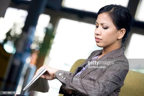 Asiatische Geschäftsfrau auf die Uhr sehen
