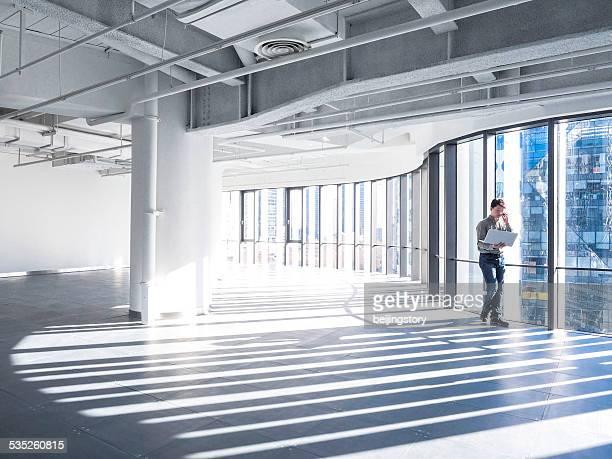 アジアのビジネスマンオフィスで働く