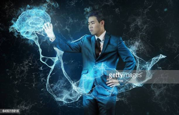アジア系のビジネスマンは、仮想現実での作業します。知性と効率性の研究