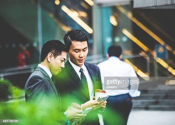 Asiatische Geschäftsmann am Telefon.