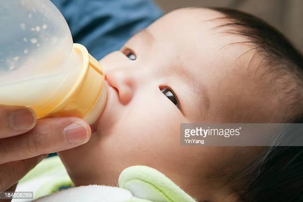Asiatique chinois bébé manger sur bouteille gros plan
