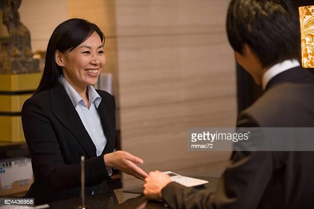 Asiática Porteiro de Hotel com o cliente
