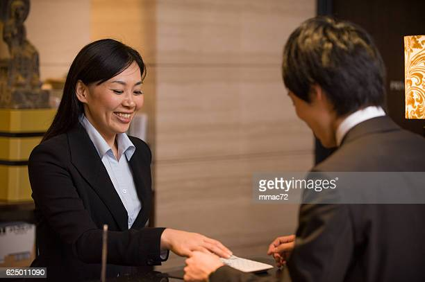 アジアのホテルのコンシェルジュが、顧客
