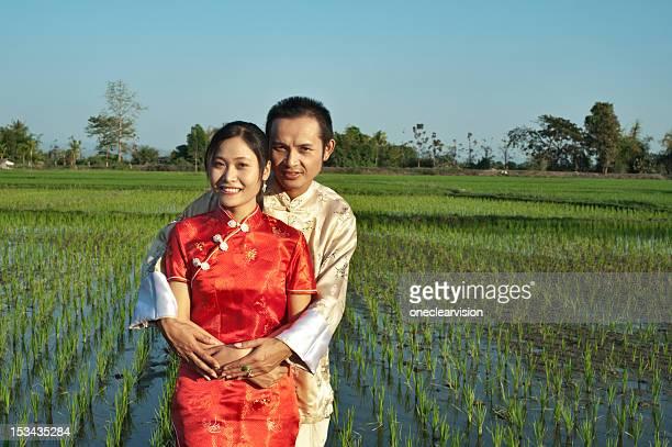 Asiatische Paar in den Feldern