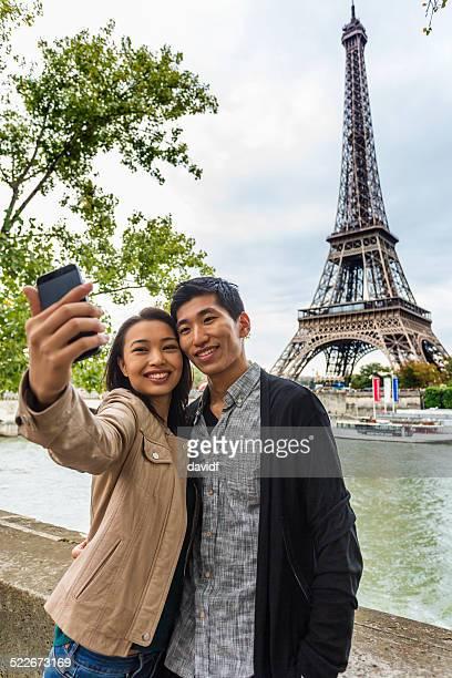 Couple asiatique Selfie Autoportrait sur la Tour Eiffel, à Paris