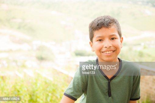 アジア民族、ポーズする若い男の子ヴィラージュ丘にあります。インドます。