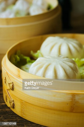 Asian dumpling in steamer with cabbage : Stock Photo