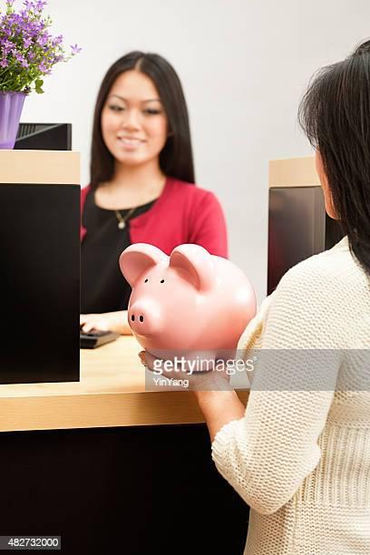 Asiatique femme client ouverture enregistrement compte avec détail Guichetier de banque