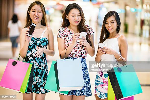 アジアのご友人とご一緒にているシンガポールでのショッピング