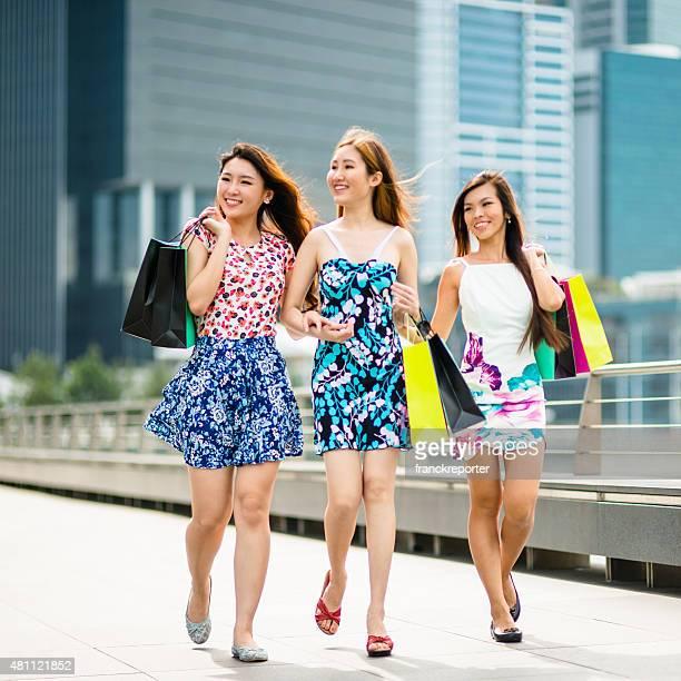ご友人とご一緒に、アジア potrait 、街のショッピングバッグ