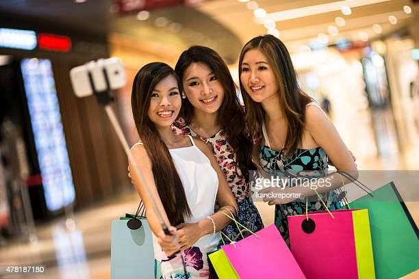 アジアのショッピングモールで、ご友人とご自分撮り