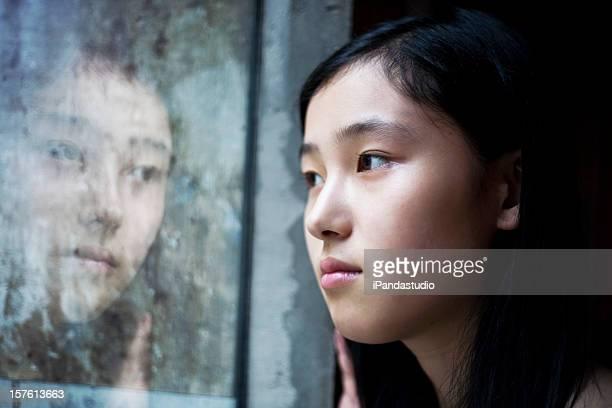 Ragazza asiatica all'interno della finestra