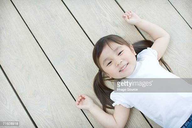 Asiatische Mädchen liegen auf der Etage
