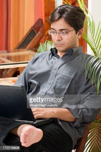 asiatische indische mann m nnlich arbeit von zu hause mit. Black Bedroom Furniture Sets. Home Design Ideas