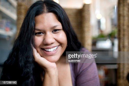 アジア女性のポートレート、インドの笑顔、顎に手、コピースペース