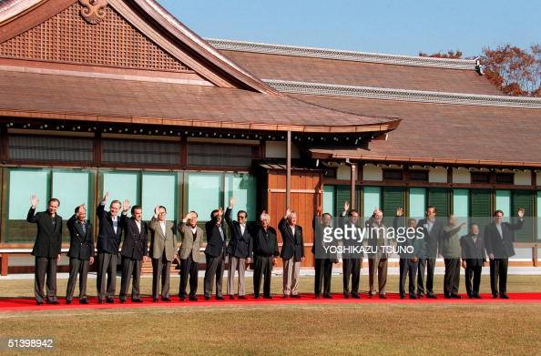 Asian leaders wave for a photo session at a garden of the Osaka guest house 19 November 1995 before the APEC leaders meeting