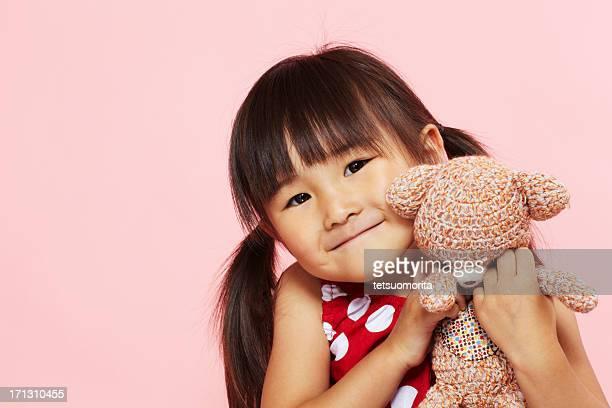 Asiatische Mädchen mit Stofftier