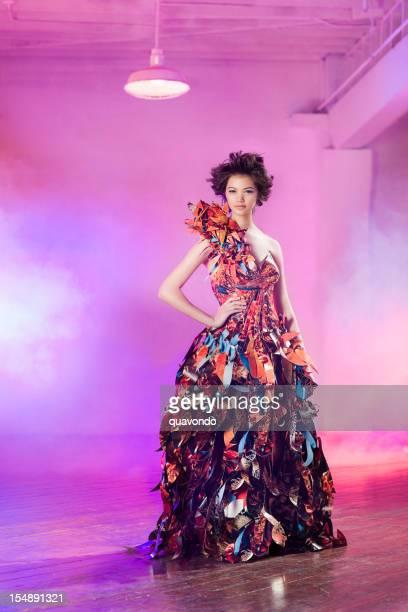Asian Mix modelo de moda en traje de costura hermoso papel