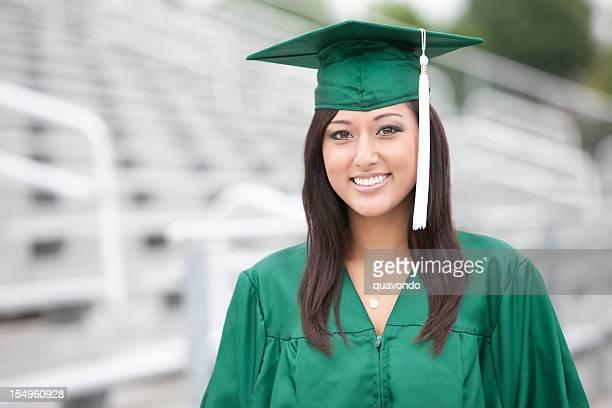 Jovem mulher asiática mista graduação retrato no estádio, espaço para texto
