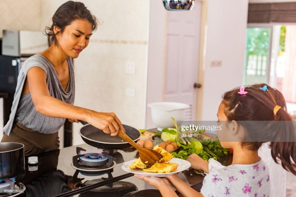 Asiatique mère et fille ensemble de cuisson des aliments sains : Photo