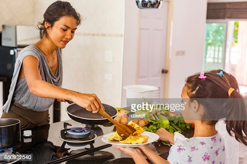 Asian Mother and Daughter Cooking Healthy Food Together : Stock-Foto