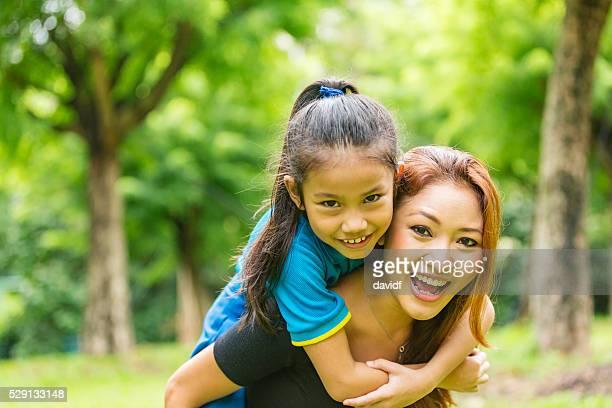 Asiatique mère et fille ferroutage ensemble dans le parc