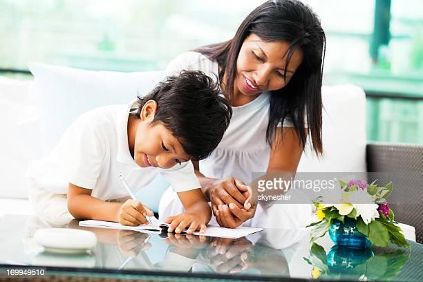 Asiatique mère aider son fils avec ses devoirs.