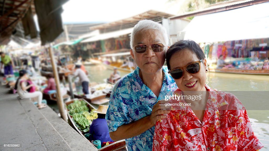 Sénior asiática Casal viajar para Tailândia Mercado Flutuante : Foto de stock