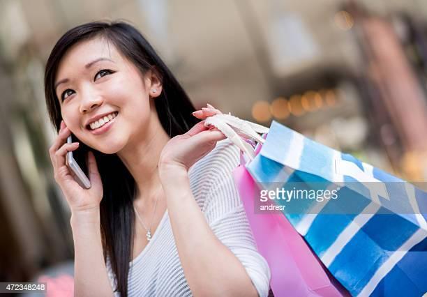 アジアの女性電話でのショッピング