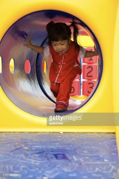 Asiatische Mädchen auf Spielplatz, Textfreiraum