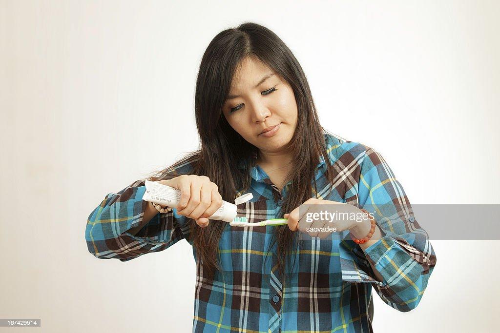 Mujer asiática cepillar los dientes : Foto de stock