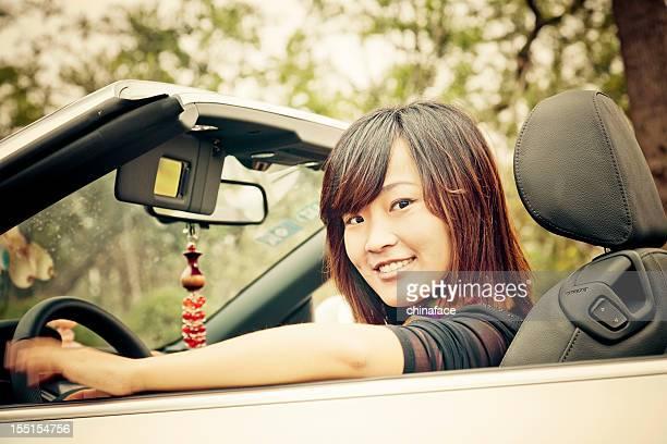 アジア人の女性が運転