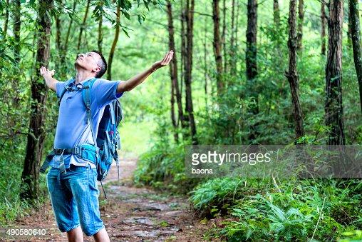 Mujer asiática disfrutar de aire fresco en el bosque