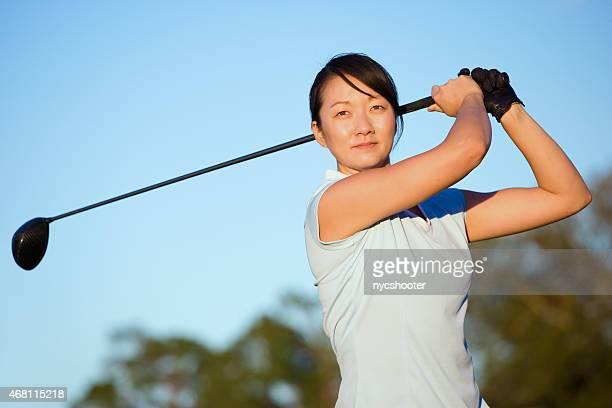 Asiatique femme swing de golf