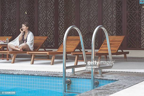 Asiatische Frau im pool