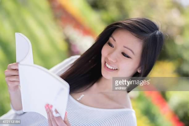 Femme asiatique, lisant un livre