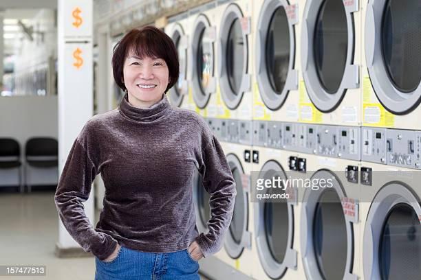 Mulher asiática negócios Lavandaria Pequena loja proprietário de