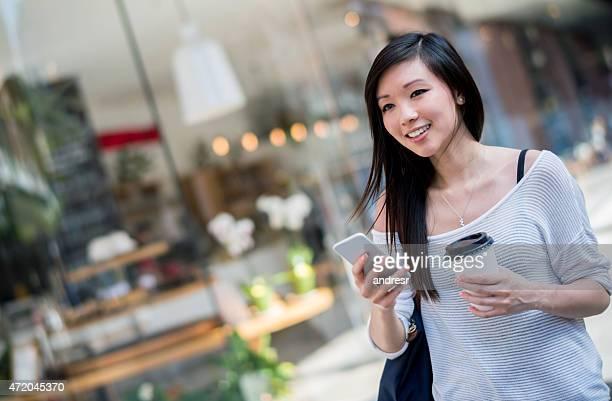 アジアの女性、市内でのウォーキング
