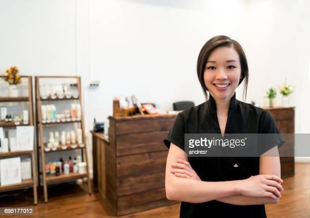 Asiatische Frau arbeitet in einem spa